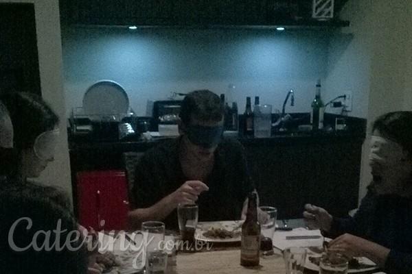 Jantar às cegas