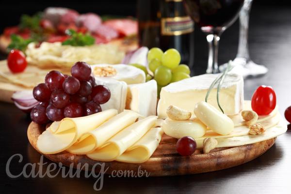 O que precisa ter um buffet de queijos e vinhos